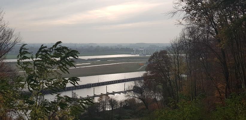 Wandeling over Klompenpad het Dorenweertsepad met zicht op de Rijn en de betuwe