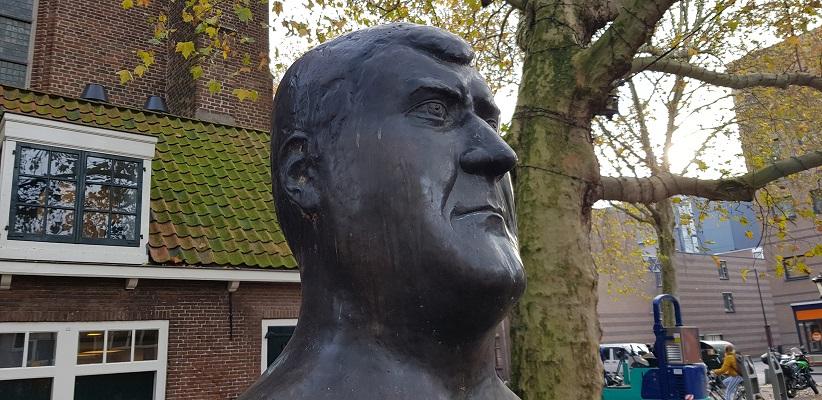 Wandeling uit gids Utrecht acht keer anders langs markante Utrechters bij het beeld van Anton Geesink