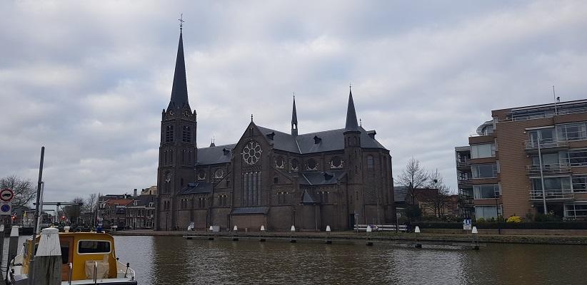Wandeling over het Romeinse Limespad van Leiden naar Voorburg bij de kerk in Leidschendam