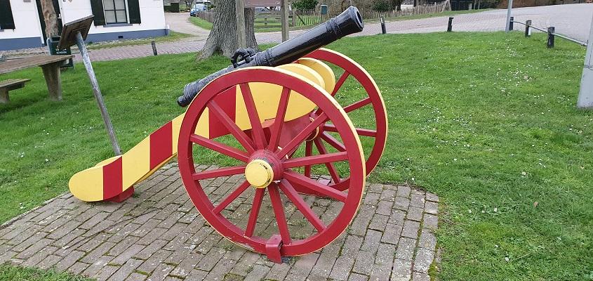 Stadswandeling Batenburg bij een kanon