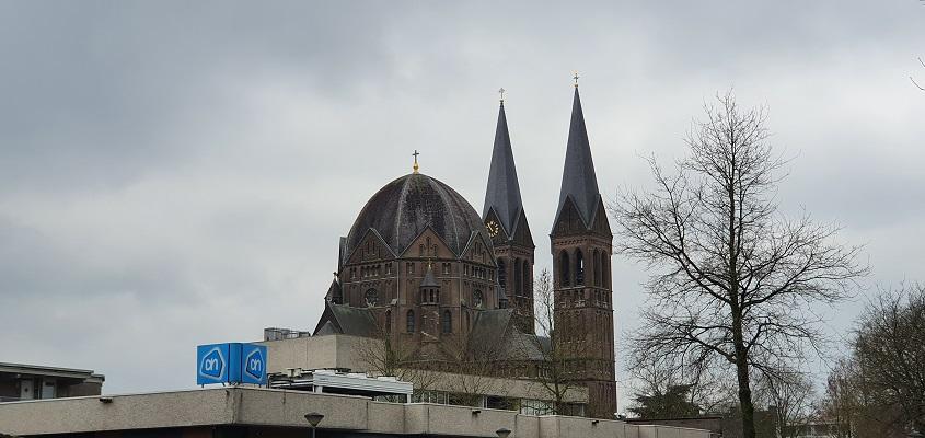 Literaire wandeling langs markante punten van A. van der Heijden in Geldrop bij de kerk