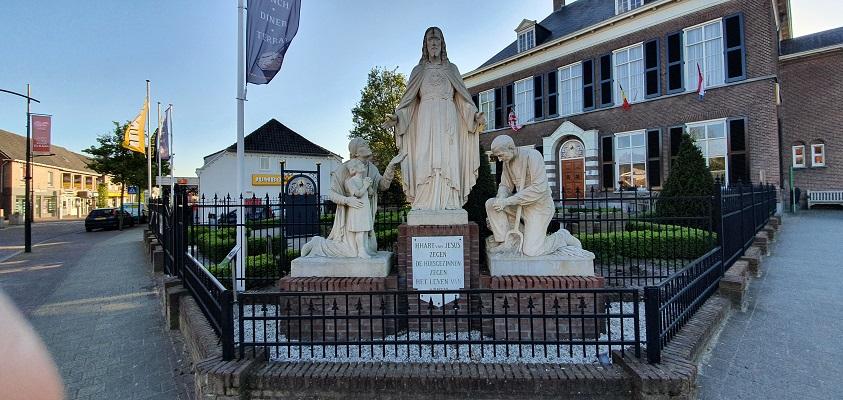 Komwandeling dorp Zeeland over het Kuierpad bij het beeld van Heilige Maagd Maria