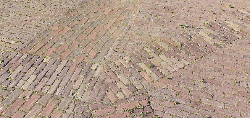 Komwandeling dorp Zeeland over het Kuierpad bij grondpatroon van voormalige kerk