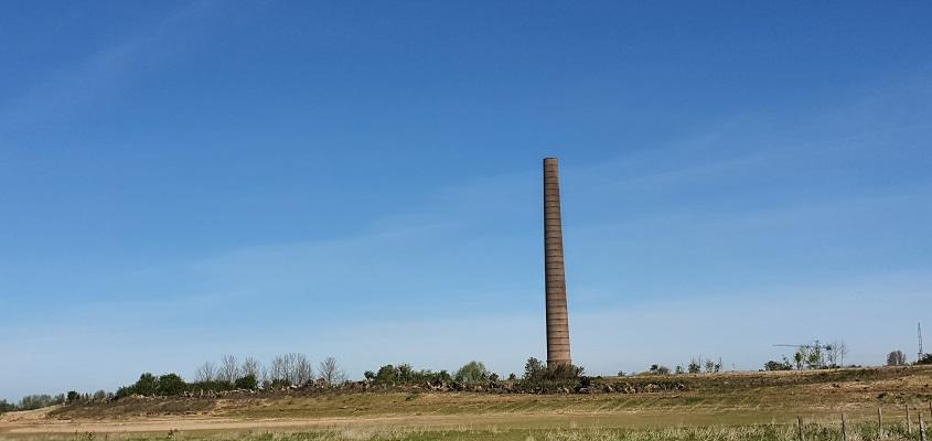 IVN-wandeling Afferdense en Deestse Waarden bij Druten bij een schoorsteen van voormalige steenfabriek