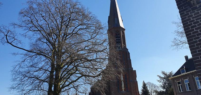 Wandeling over het kikkerpad in Rijkevoort bij de katholieke kerk