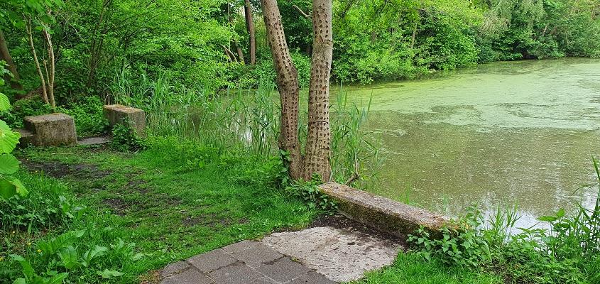 Laarzenpad Ossemeren bij springplank van oude zwembad