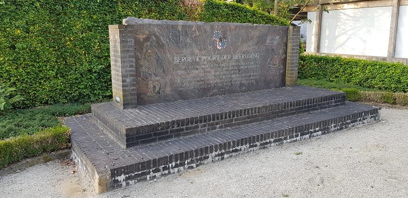 Wandeling over het Airbornepad van de Kempervennen naar Lommel in België bij monument aan de grens voor Market Garden