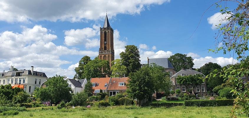 Wandeling over Trage Tocht Amerongen met zicht op de kerk van Amerongen
