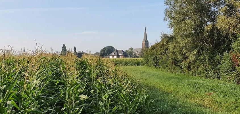 Wandeling over Trage Tocht Herwen bij de kerk