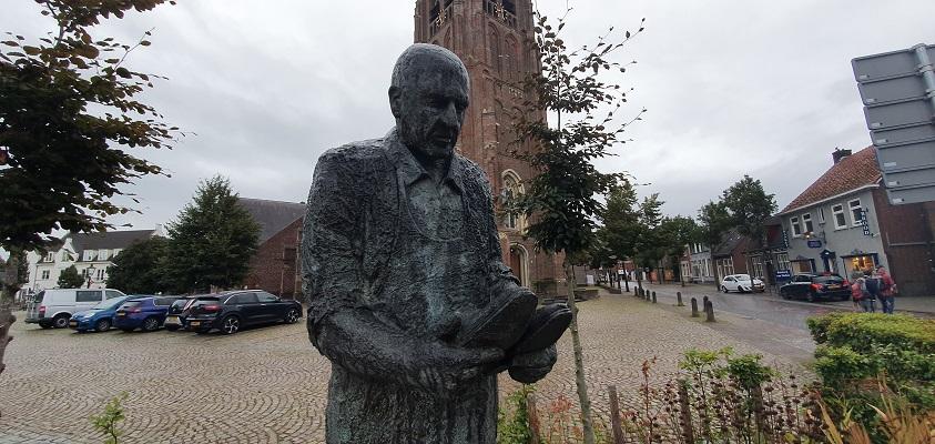 Wandeling naar het geografisch middelpunt van de Benelux bij de kerk van Moergestel
