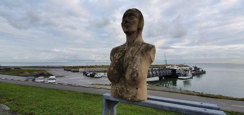 Wandeling over het Grenslandpad van Kloosterzande naar Terneuzen bij kunstwerk aan de Westerschelde