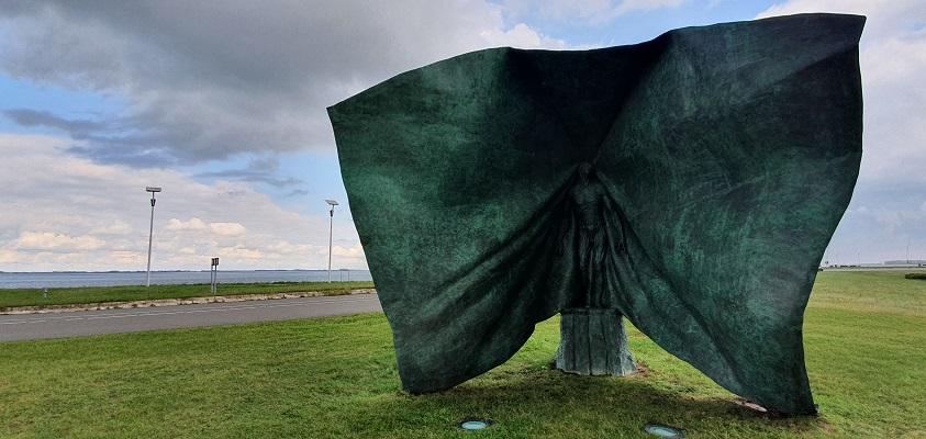 Wandeling over het Grenslandpad van Kloosterzande naar Terneuzen bij beeld Vesalius