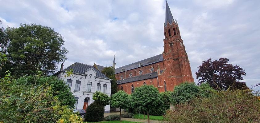 Wandeling over het Grenslandpad van Kloosterzande naar Terneuzen bij de kerk in Kloosterzande