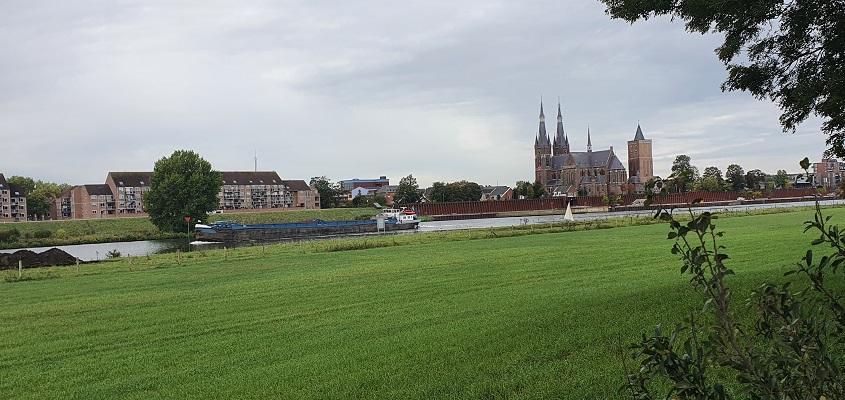 Wandeling over Trage Tocht Plasmolen-Mook met zicht op de kerk van Cuyk