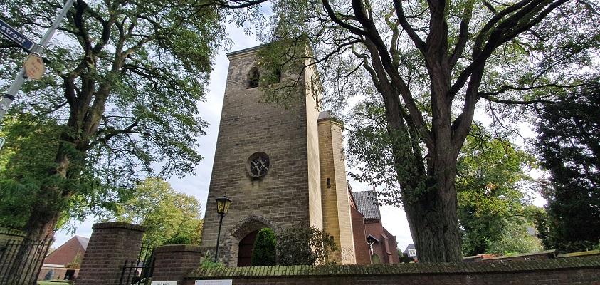 Wandeling over Trage Tocht Plasmolen-Mook bij de kerk in Middelaar