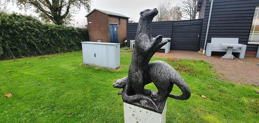 Wandeling over Westfriese Omringdijk van Ursem naar Alkmaar bij beeld de Otter in Oterleek