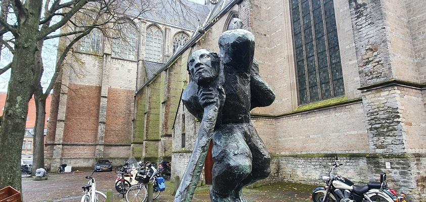 Wandeling over Westfriese Omringdijk van Ursem naar Alkmaar bij het beeld van de stadstimmerman