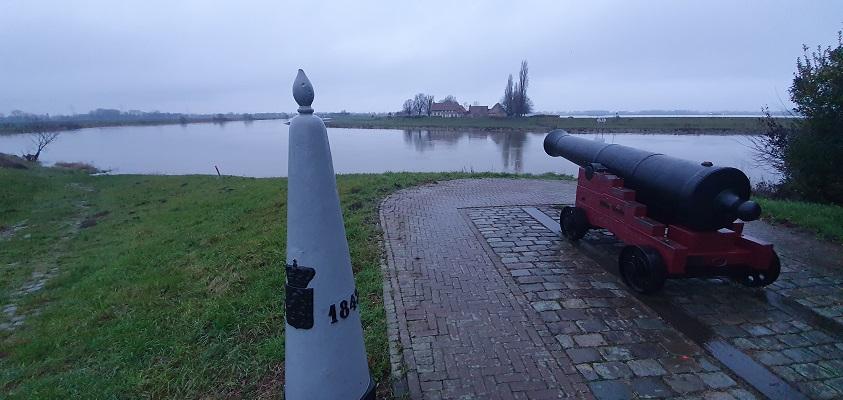 Wandeling over Trage Tocht Stevensweert bij de Grensmaas en grenssteen