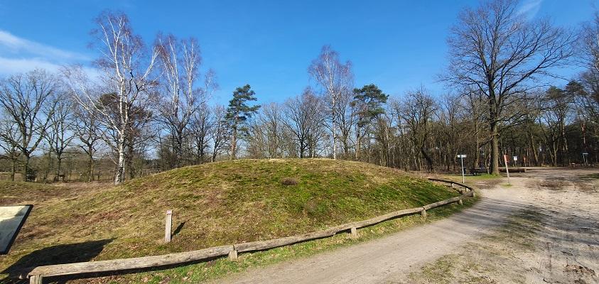 Wandelen over de Twentse Wallen bij een grafheuvel