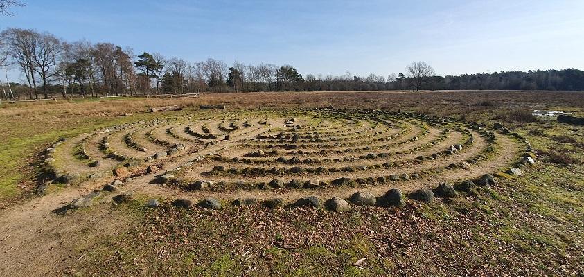 Wandelen over de Twentse Wallen bij het labyrinth op de Borkeld