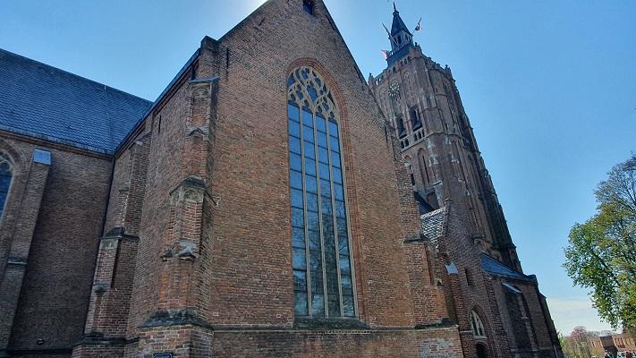 Wandeling over Trage Tocht Asperen bij de kerk in Asperen