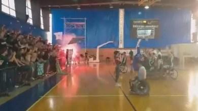Photo of Μοναδική ατμόσφαιρα: Οπαδοί του Παναθηναϊκού αποθεώνουν την ομάδα μπάσκετ με αμαξίδιο [βίντεο]
