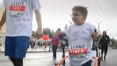Photo of Ο 7χρονος Μιχάλης με την τετραπληγία που συγκίνησε στον Μαραθώνιο