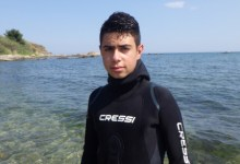 Photo of Ο 13χρονος Ζήσης καθαρίζει την θάλασσα από σκουπίδια: «Θα συνεχίσω για ένα καλύτερο μέλλον»