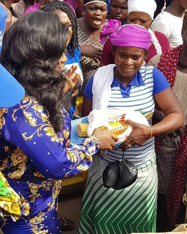 Jackie Appiah Donates To Agbogbloshie Market Women (2)