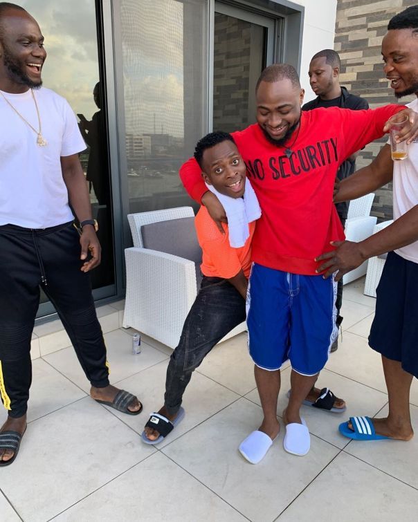 Comedian Sydneytalker Carries Davido Up Like A Child (2)