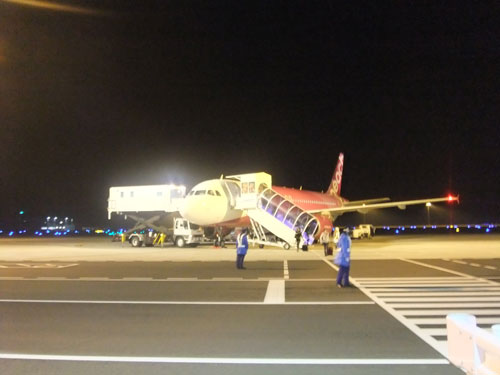 ピーチ航空は飛行機まで歩く。