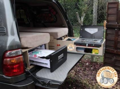 Vue arrière avec les 2 emplacements de couchages. A gauche frigo tiroir 32 litres et à droite tiroir cuisinette avec gaz 2 feux.