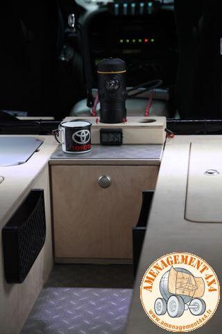 table de nuit entre les 2 couchages avec support pour machine à café et gobelets