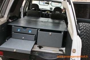 1 grand tiroir à droite, 1 tiroir cuisinette avec réchaud gaz 2 feux, 1 sous tiroir de rangement vaisselle, planche à découper ou table d'appoint, couchage sur le dessus 180x132cm, tous les tiroirs sont en sortie totale.