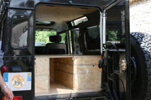En place dans le véhicule, l'espace entre le couchage et le plafond reste important afin de bien dormir. Le plafond a été habillé d'une plaque d'OSB afin de parfaire l'isolation