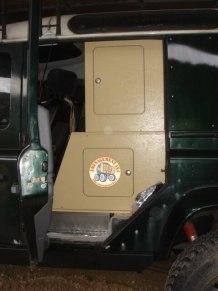 coté porte passager gauche rangement bas sur réservoir d\'eau et colonne