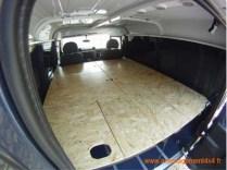 4 trappes d'accès aux caisses, coin repas 2 personnes, couchage 140x182cm