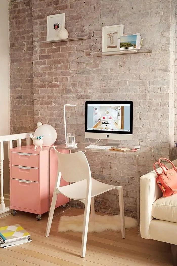 Bureau avec mur de brique