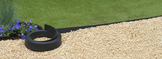 Créer une allée de jardin avec des bordures en plastique ...