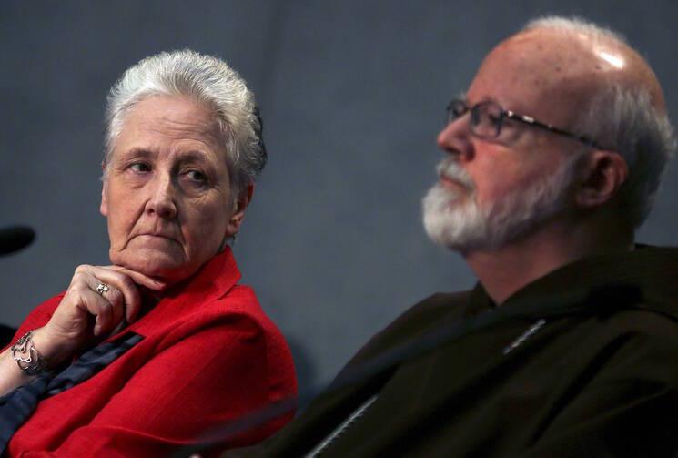 Marie Collins, de Irlanda con el cardenal Sean O'Malley