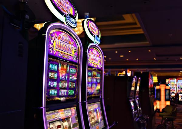 mesin slot besar di kasino