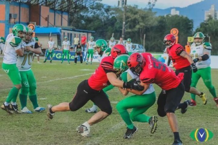 Brazil - Timbo T-Rex linebackers, Luis Polastri and Dariel Suares swarm a Juventude ball carrier Photo credit Geraldo Takanage and Overtime FA