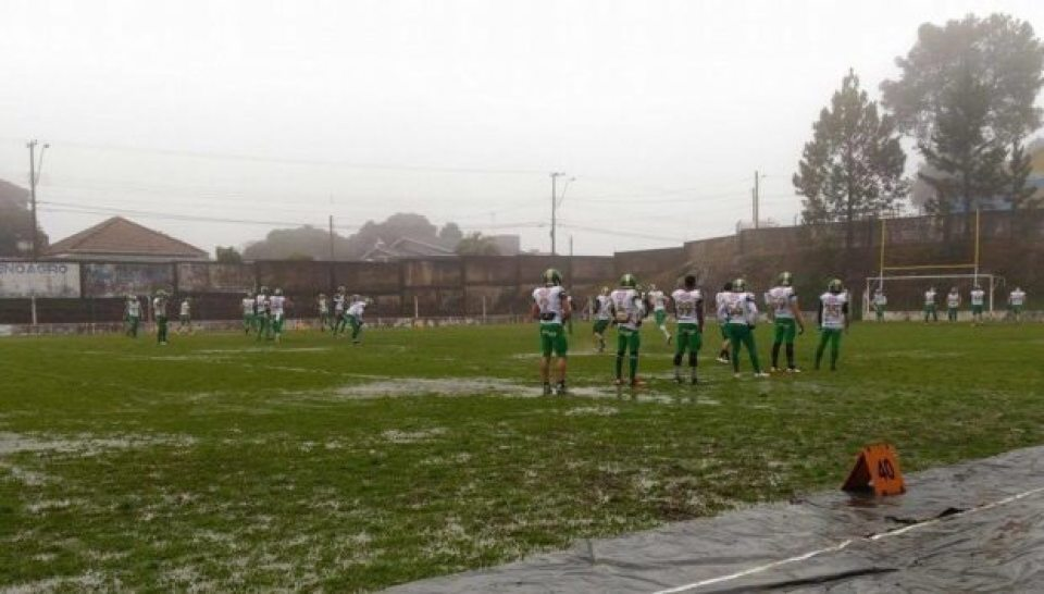 Above: Juventude and the Curitiba Crocodiles prepare to play on a wet field in Caixas do Sul. Photo credit: Juventude F.A. facebook page