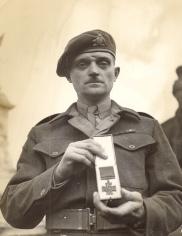 Le Major Paul Triquet quitte le Buckingham Palace après avoir reçu  sa Victoria Cross (VC) de Sa Majesté le roi George VI