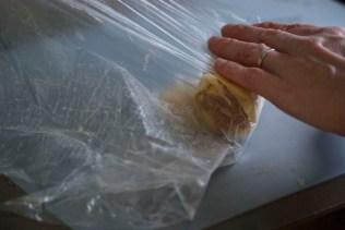 Uitgerold deeg als laatste om de rol heen vormen. Plastic folie is handig!