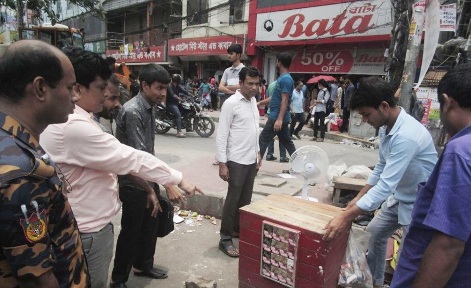 তামাক কোম্পানীর অবৈধ বিজ্ঞাপন প্রচার বন্ধে ভ্রাম্যমান আদালত পরিচালনা