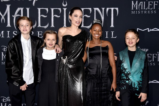 Shiloh Pitt and mom Angelina and her brothers / photos LaPresse