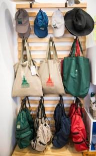 Bonés, mochilas e sacos à venda na loja da AAJB.