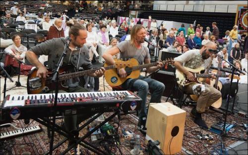 חברי להקת Von Hertzen Brothers שרים לאמה