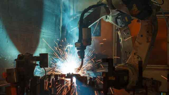 how-robots-could-take-our-jobs-and-kill-the-economy الروبوتات ستأخذ 30% من وظائف البنوك و 50% من فرص العمل ما بين 2023 و 2033